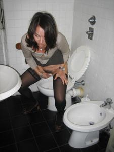 Женщины в чулках сидят на унитазе - фото #30