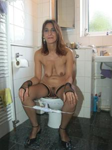 Женщины в чулках сидят на унитазе - фото #8