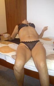 Переодевается в комнате отеля - фото #10