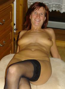Худая дама сняла красное нижнее белье - фото #21