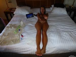 Молодая американка позирует в одиночестве - фото #11
