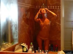 Молодая американка позирует в одиночестве - фото #13