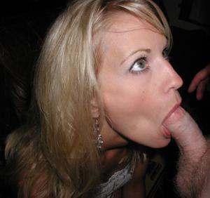 Блондинка тащится делая мужу минет - фото #24
