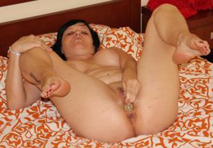Моника играет с секс игрушкой - фото #1