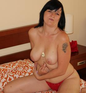 Моника играет с секс игрушкой