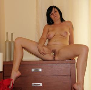Моника играет с секс игрушкой - фото #3
