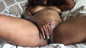 Негритянка ковыряет пальцами пизденку - фото #14