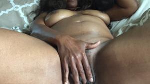 Негритянка ковыряет пальцами пизденку - фото #15