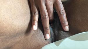 Негритянка ковыряет пальцами пизденку - фото #16