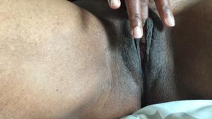 Негритянка ковыряет пальцами пизденку - фото #18