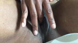Негритянка ковыряет пальцами пизденку - фото #9