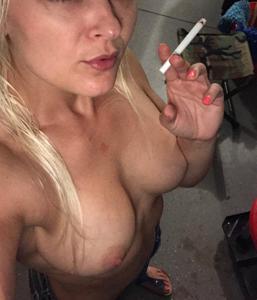Зрелая курильщица с голыми сиськами - фото #1