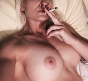Зрелая курильщица с голыми сиськами - фото #4