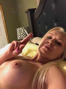 Зрелая курильщица с голыми сиськами - фото #6