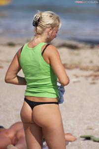 Блондинка раздевается и загорает - фото #1
