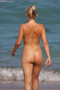 Блондинка раздевается и загорает - фото #13