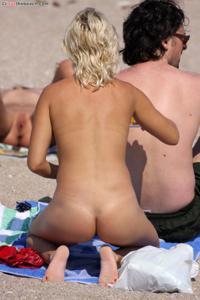Блондинка раздевается и загорает - фото #16