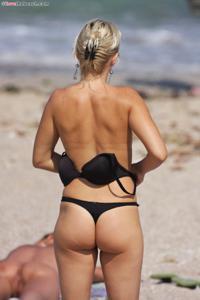 Блондинка раздевается и загорает - фото #3