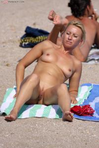 Блондинка раздевается и загорает - фото #30