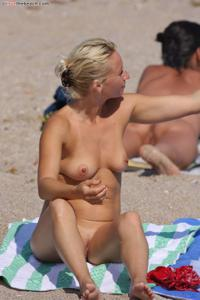 Блондинка раздевается и загорает - фото #34