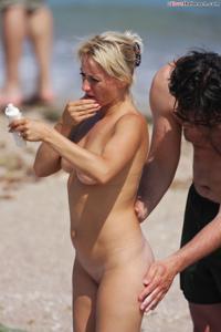 Блондинка раздевается и загорает - фото #36
