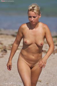 Блондинка раздевается и загорает - фото #47