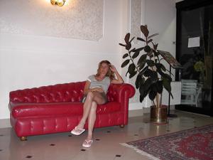 Светанула киской в лобби отеля