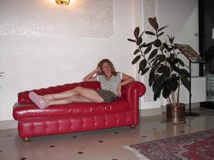 Светанула киской в лобби отеля - фото #2