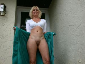 Зрелая Ленна в бикини и без
