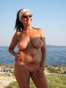 Брюнетка обнажает не только грудь - фото #8