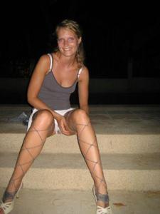 Милая блонда часто позирует голышом - фото #13