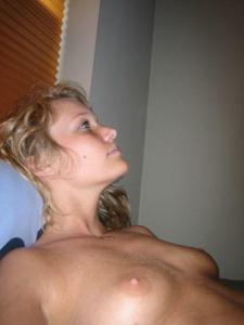 Милая блонда часто позирует голышом - фото #15