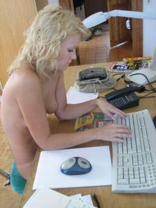 Милая блонда часто позирует голышом - фото #16