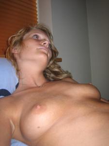 Милая блонда часто позирует голышом - фото #36
