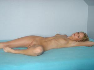 Милая блонда часто позирует голышом - фото #9