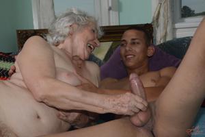 Старухи с молодыми любовниками - фото #16