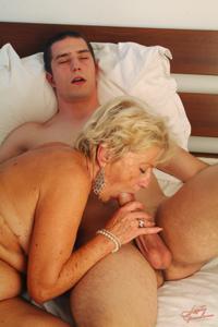 Старухи с молодыми любовниками - фото #22