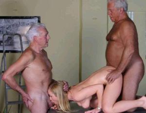 Взрослые мужики отдыхают с молодыми блядями - фото #14