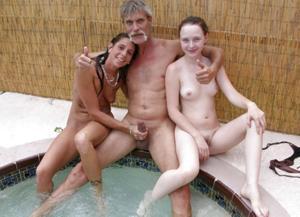 Взрослые мужики отдыхают с молодыми блядями - фото #15