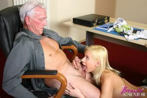 Взрослые мужики отдыхают с молодыми блядями - фото #17