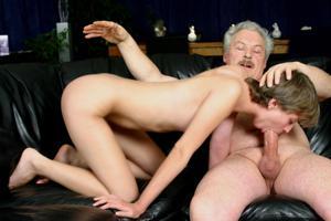 Взрослые мужики отдыхают с молодыми блядями - фото #18
