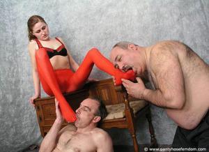 Взрослые мужики отдыхают с молодыми блядями - фото #29