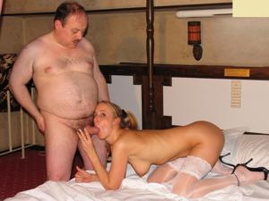 Взрослые мужики отдыхают с молодыми блядями - фото #33