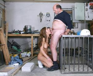 Взрослые мужики отдыхают с молодыми блядями - фото #38