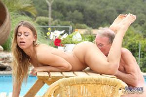 Взрослые мужики отдыхают с молодыми блядями - фото #4