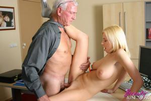 Взрослые мужики отдыхают с молодыми блядями - фото #48