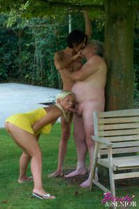 Взрослые мужики отдыхают с молодыми блядями - фото #9