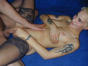 Секс с тощей татуированной блондинкой - фото #1