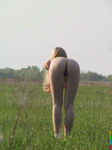 Ирена гуляет голышом - фото #26