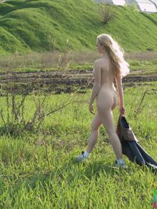 Ирена гуляет голышом - фото #32